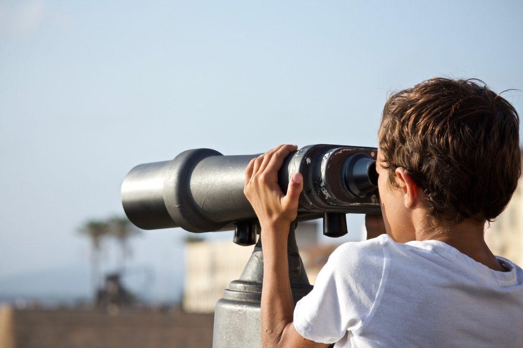 人生の遠くを望遠鏡で見つめる