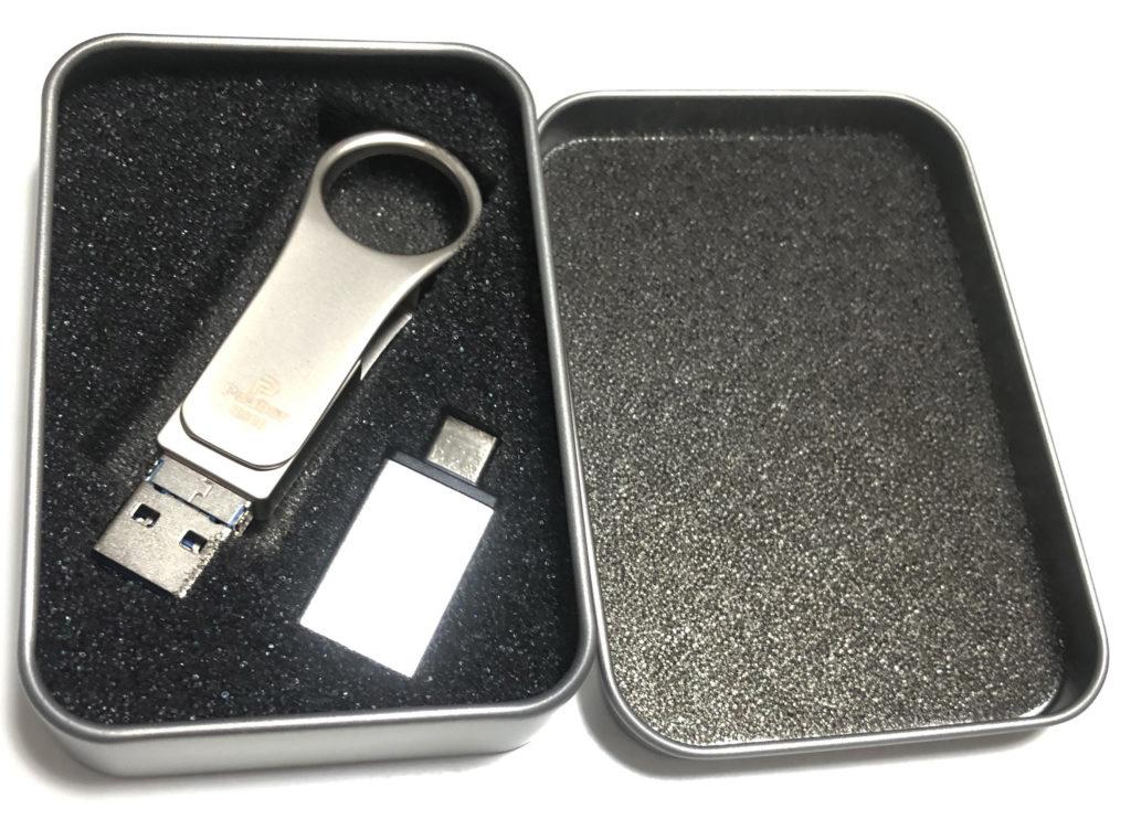 蓋を開けるとこんな感じで付属パーツ(USB-C)もある